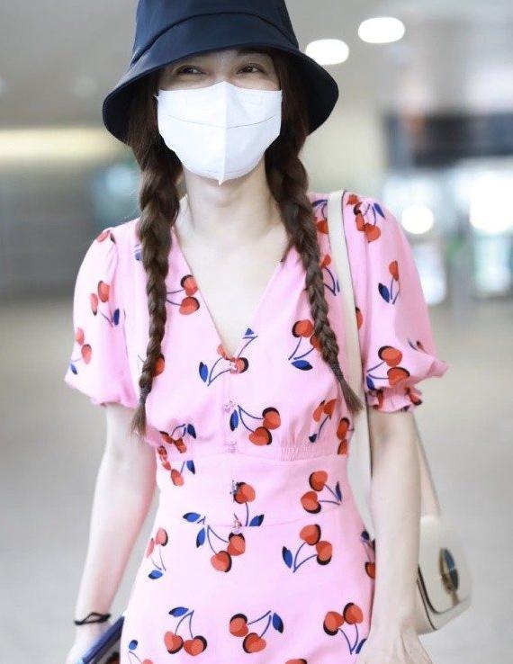 吴昕太苗条,参加《姐姐》后越来越美,穿粉色连衣裙比樱桃还甜