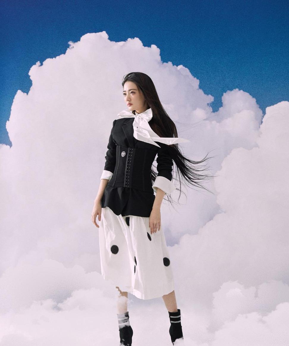 徐璐穿西装配黑色波点裙就算了,还把束腰穿在外面,个性又显身材