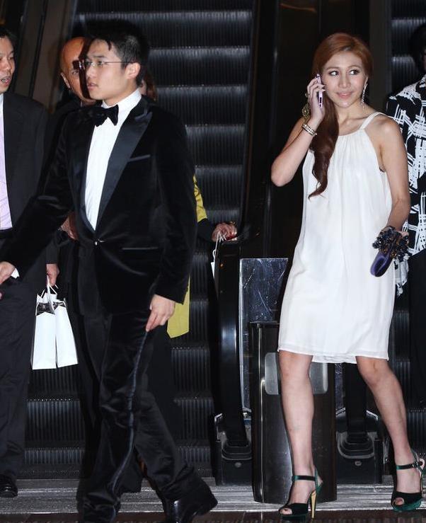 赌王四太女儿何超盈露面,穿白色吊带裙亮相,简单单品穿出时髦感