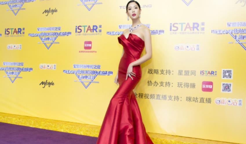 """克拉拉""""身材""""没得挑,直接把大红色抹胸裙,穿出美人鱼线条感"""