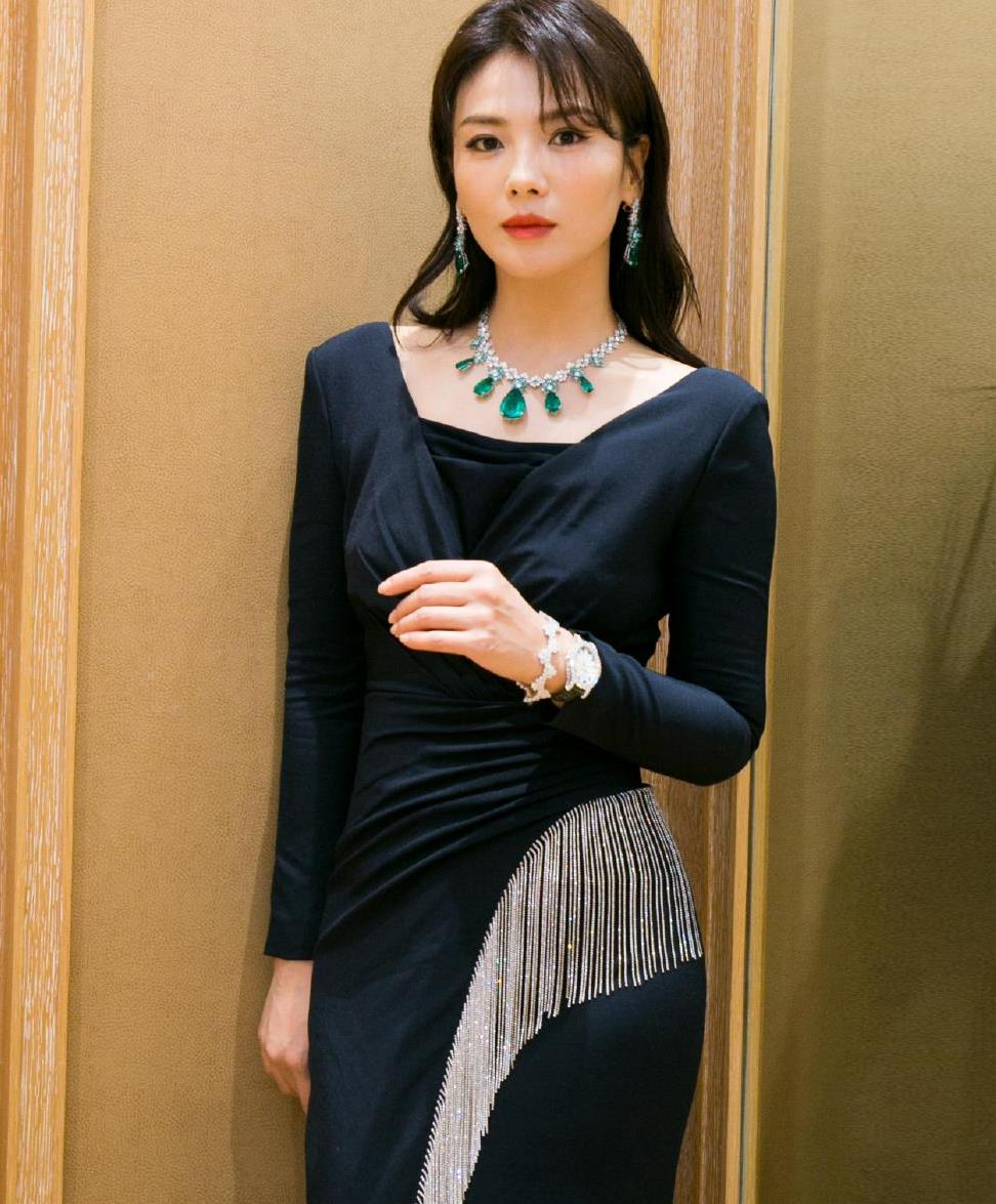 刘涛时尚品味真好,黑色连衣裙端庄优雅,换两套珠宝展现不同风韵