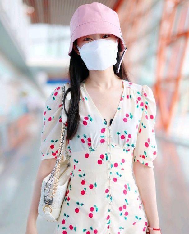宋轶的私服穿搭好精致,淡黄色连衣裙配粉色渔夫帽,显白又清新