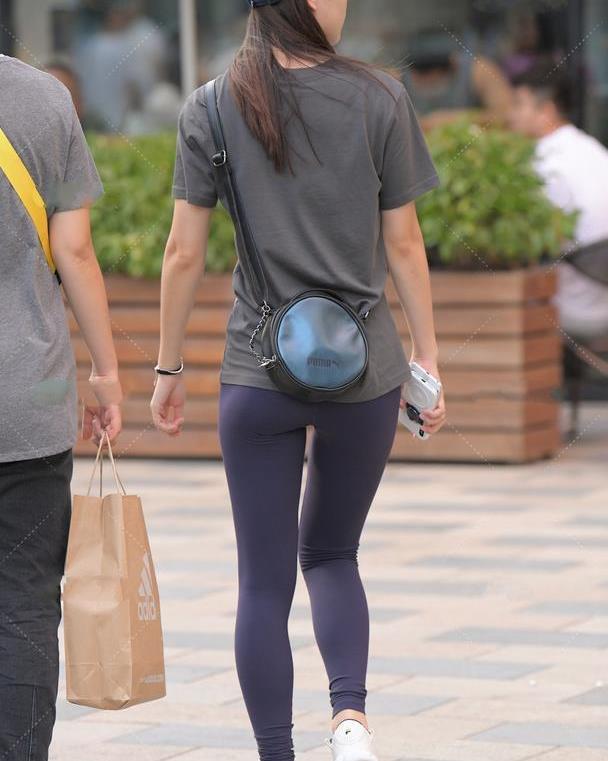 灰色中长T搭配紧身裤,既能遮住大肚子,又能凸显身材美感