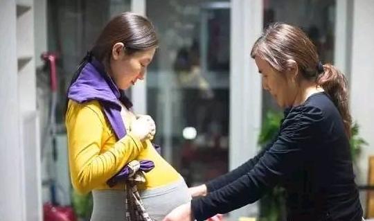 大嫂和俺同时怀孕,婆婆给她金镯子,却给俺袋过期奶粉,只觉庆幸
