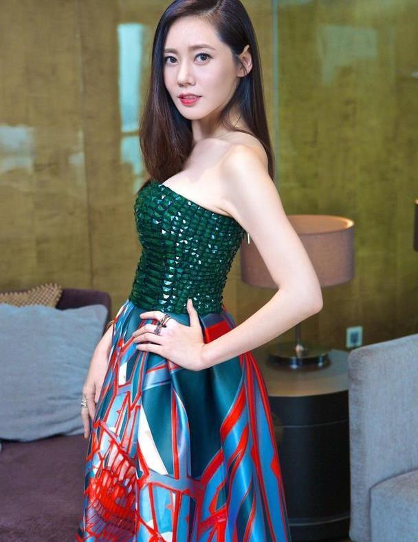 秋瓷炫终于高调,蓝配绿亮片抹胸裙秀模特身材,和于晓光好恩爱