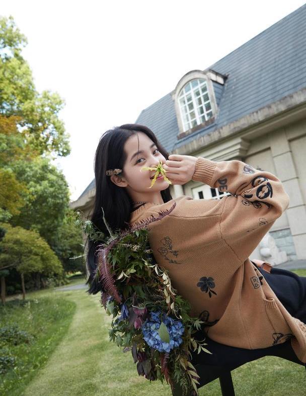 欧阳娜娜解锁新穿搭,棕色毛衣搭配黑色短裤,她对时尚是真爱