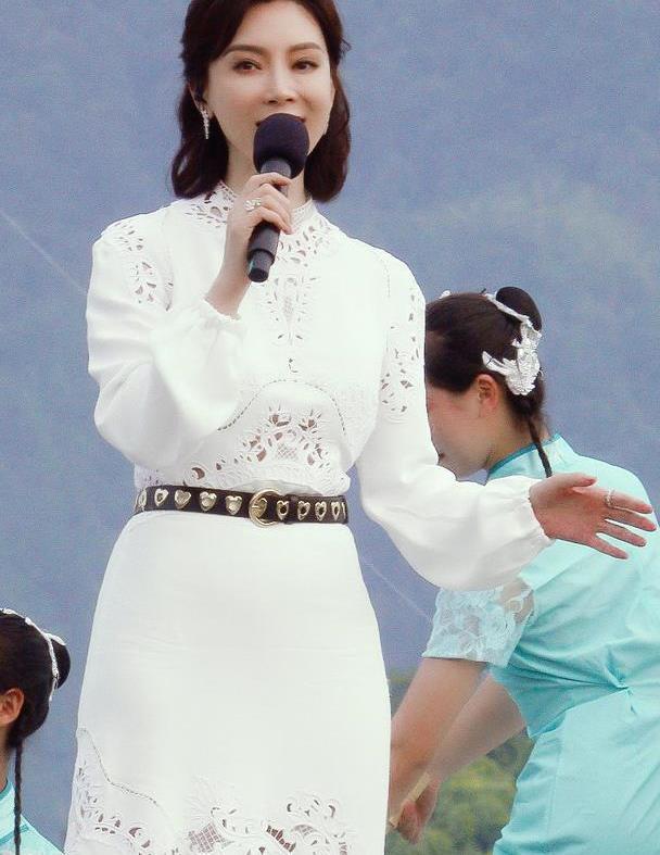 43岁陈数状态真能打,穿白色镂空裙亮相首映礼,气质端庄又优雅