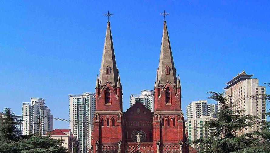 这个教堂仿法国中世纪哥特式建筑,红色砖墙,它就是徐家汇天主堂