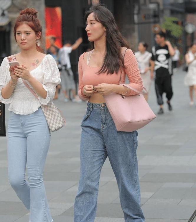 """美女穿""""阔腿裤""""逛街,这裤型有点大"""