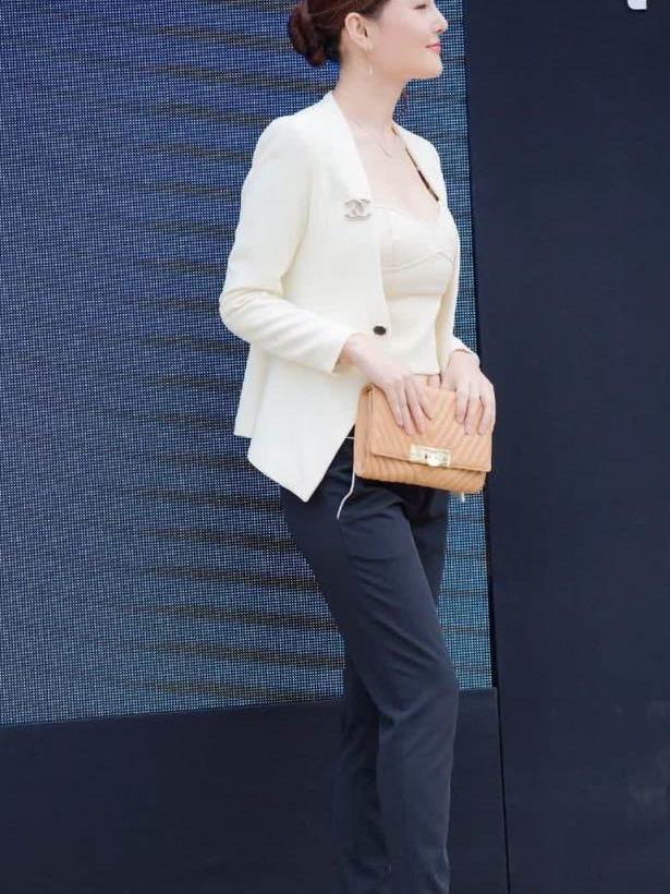 街拍:白领身穿白色西装外套搭黑色西装裤,气质优雅大方