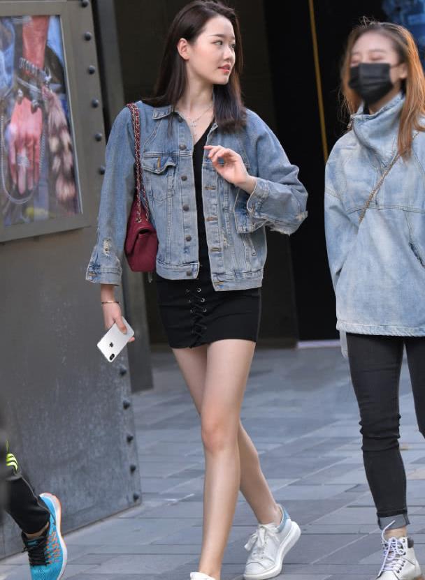 街拍:美女牛仔外套配短裙,长发披肩,青春靓丽!
