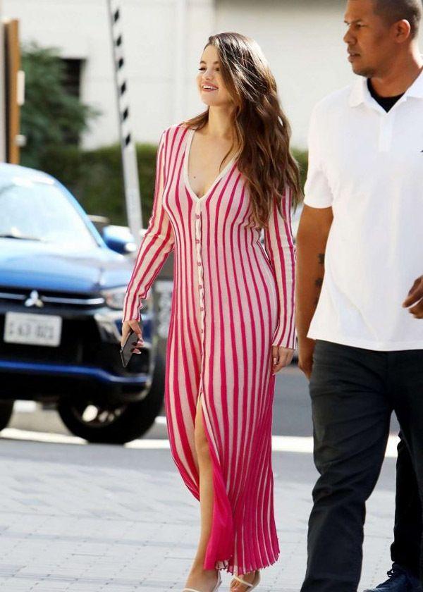 赛琳娜·戈麦斯甜甜的笑容配搭上粉色条纹针织裙青春有活力