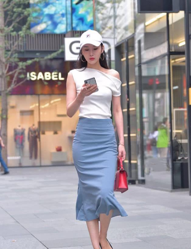 街拍:穿着平底鞋,正在行走的衣架