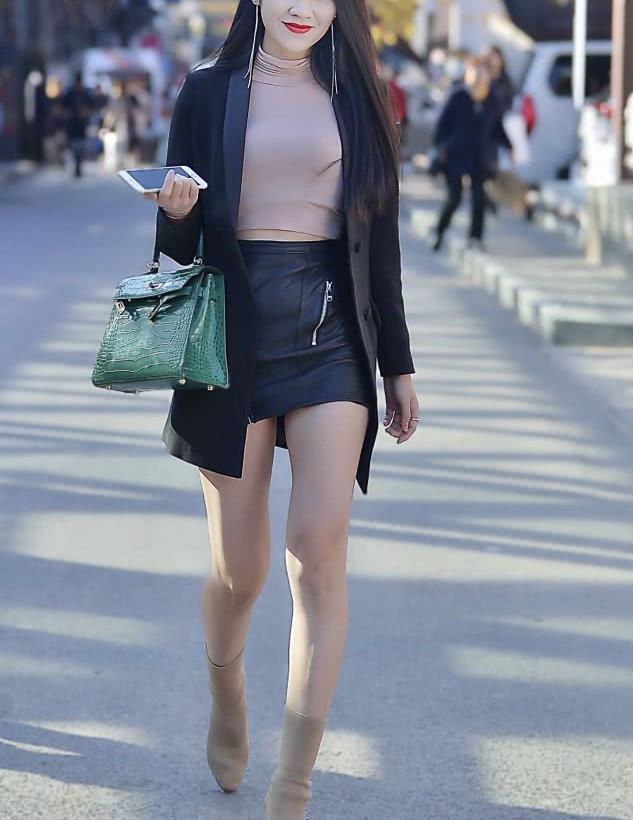 街拍:穿小皮裙的小姐姐彰显出OL女性大方时尚气质