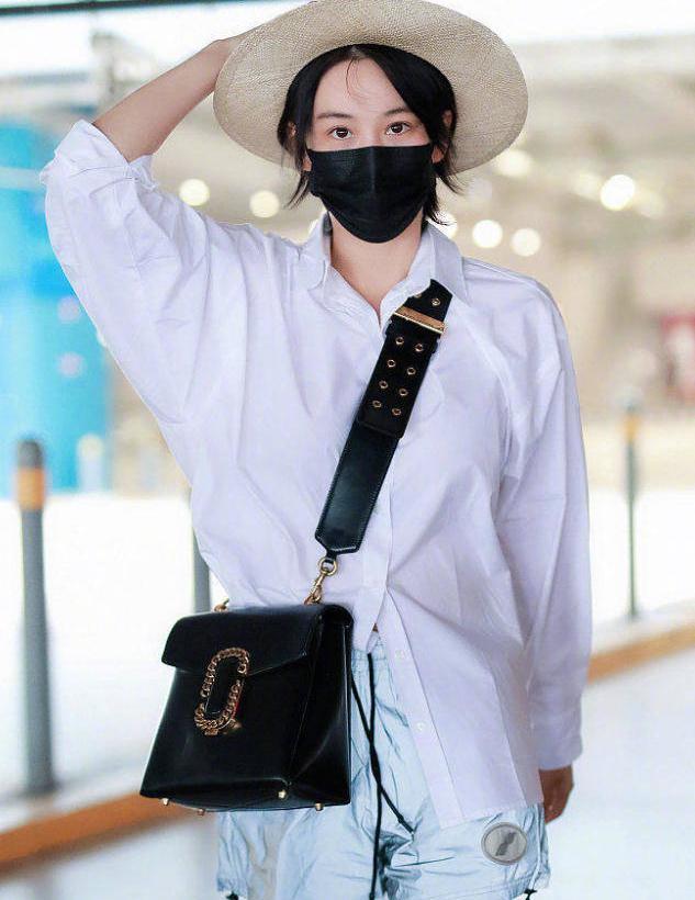 张馨予真不愧是时尚辣妈,穿白T恤搭配阔腿短裤走机场,减龄洋气