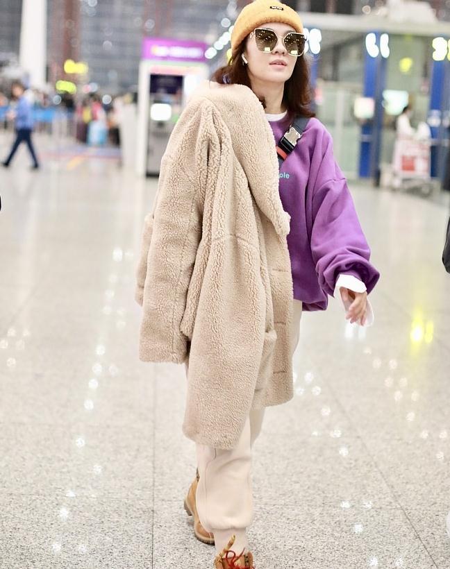 郁可唯街拍:羊羔毛外套内搭紫色卫衣 Timberland登山靴酷炫帅气
