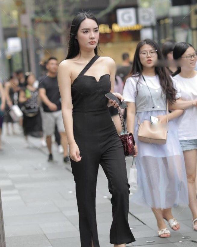 黑色系套装打造都市女性的时髦气质,白色休闲鞋清新唯美又好看