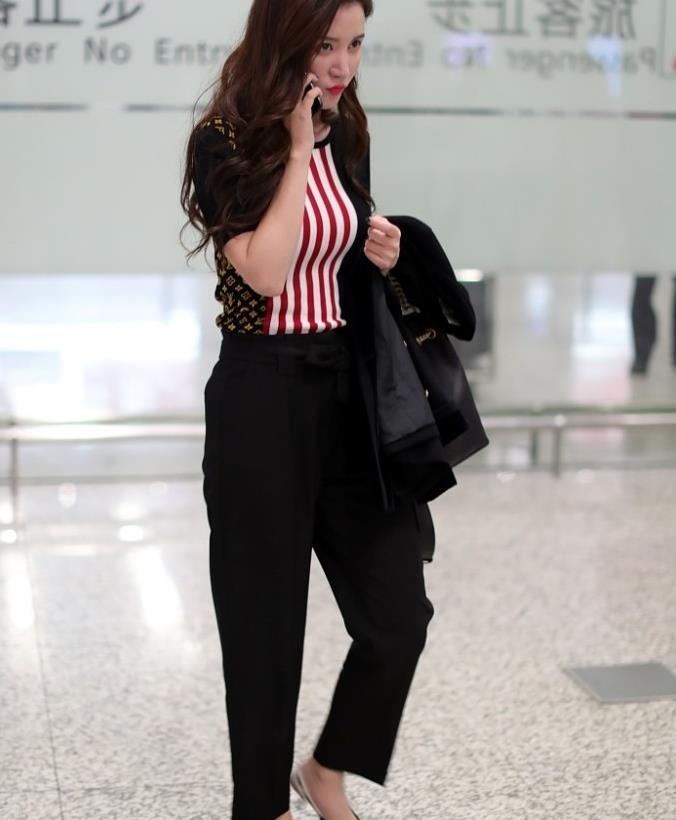 张萌街拍:LV拼色条纹短袖搭Dior小猫跟 Chanel水桶包豪气知性