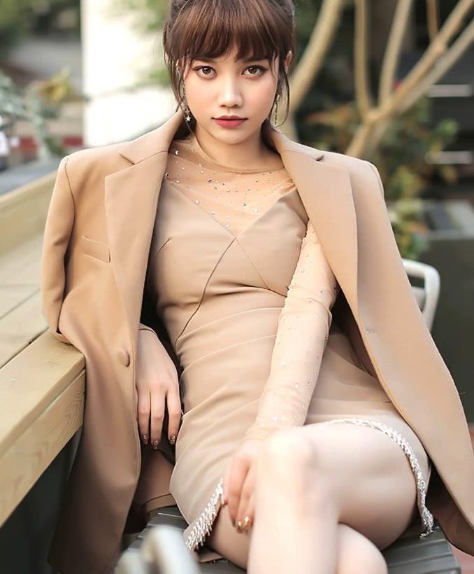 街拍:美女驼色连衣短裙搭配长款西服外套,欧美风十足,造型经典