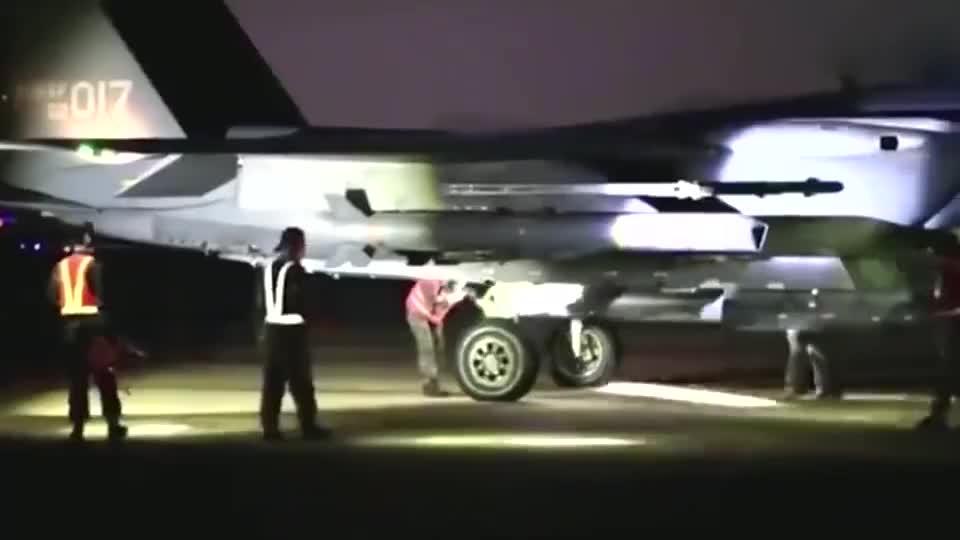 实拍韩国F-15K战机发射远程空地导弹,跟美版有什么区别