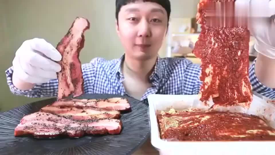 韩国小哥今天吃辣白菜配烤肉,爽口又解腻,再来碗白米饭就最好了!