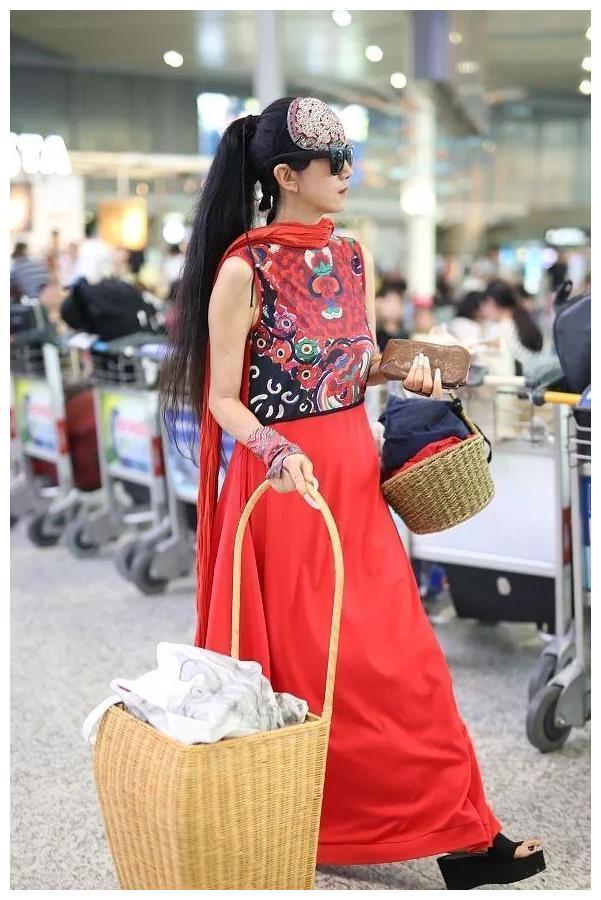杨丽萍61岁又怎样?穿民族风薄纱连衣裙走机场,气质惊艳像少女