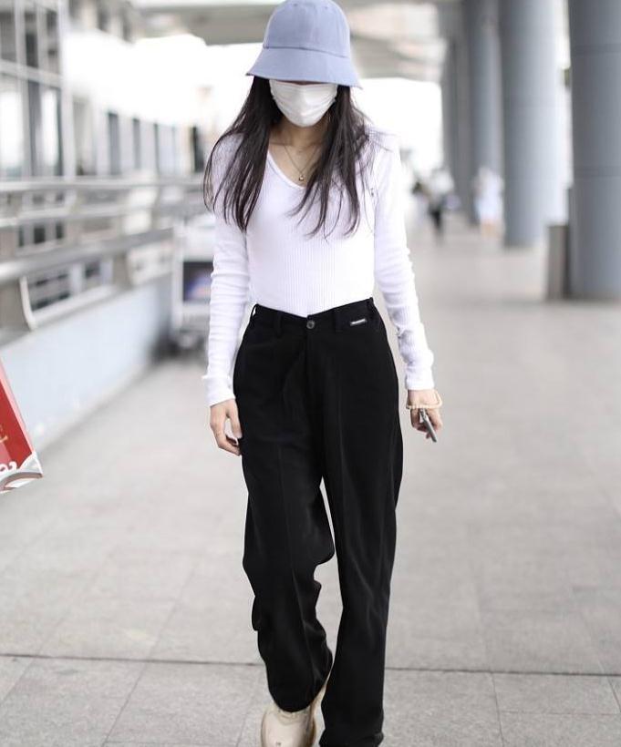 张碧晨街拍:V领针织衫Balenciaga西裤老爹鞋极简高级