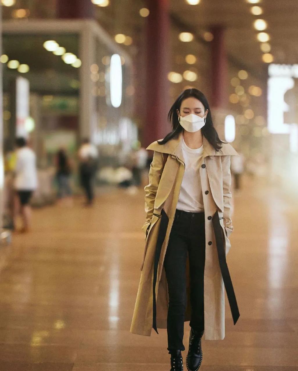 """童瑶现身机场,经典黑白配风衣太有型,网友:""""顾总""""精英范立现"""