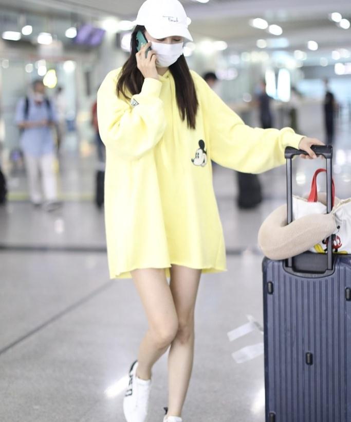 沈梦辰街拍:MO&Co.淡黄色卫衣裙白色棒球帽青春活力