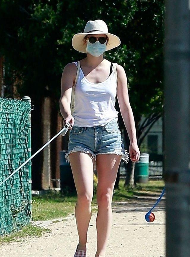 丽丽·莱因哈特街拍,穿白色背心牛仔短裤格纹乐福鞋,清凉舒适