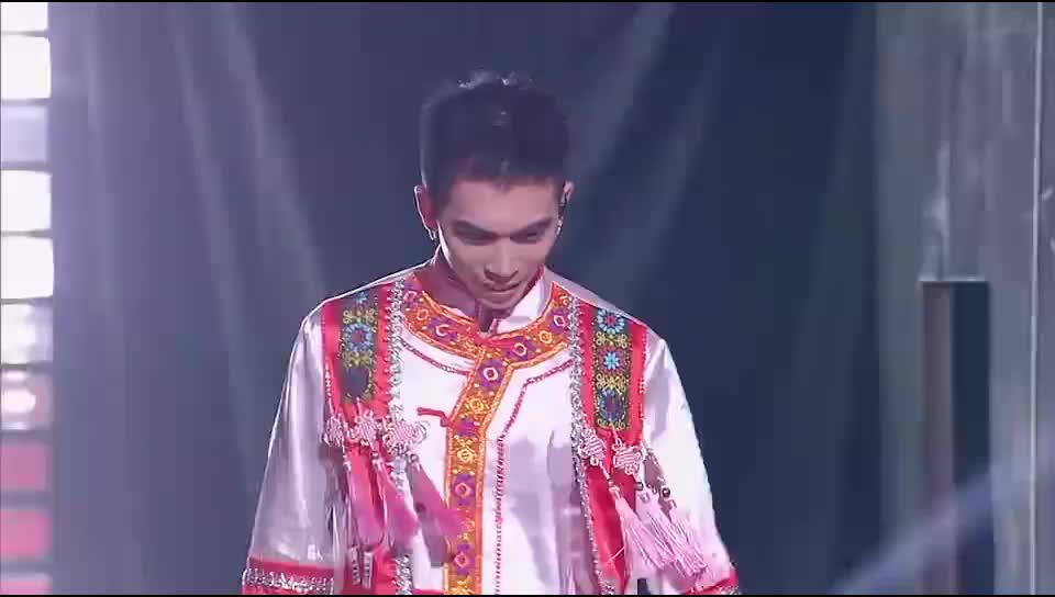 毛南族小哥一上台得罪2位美女,现场男女对唱民歌太精彩!