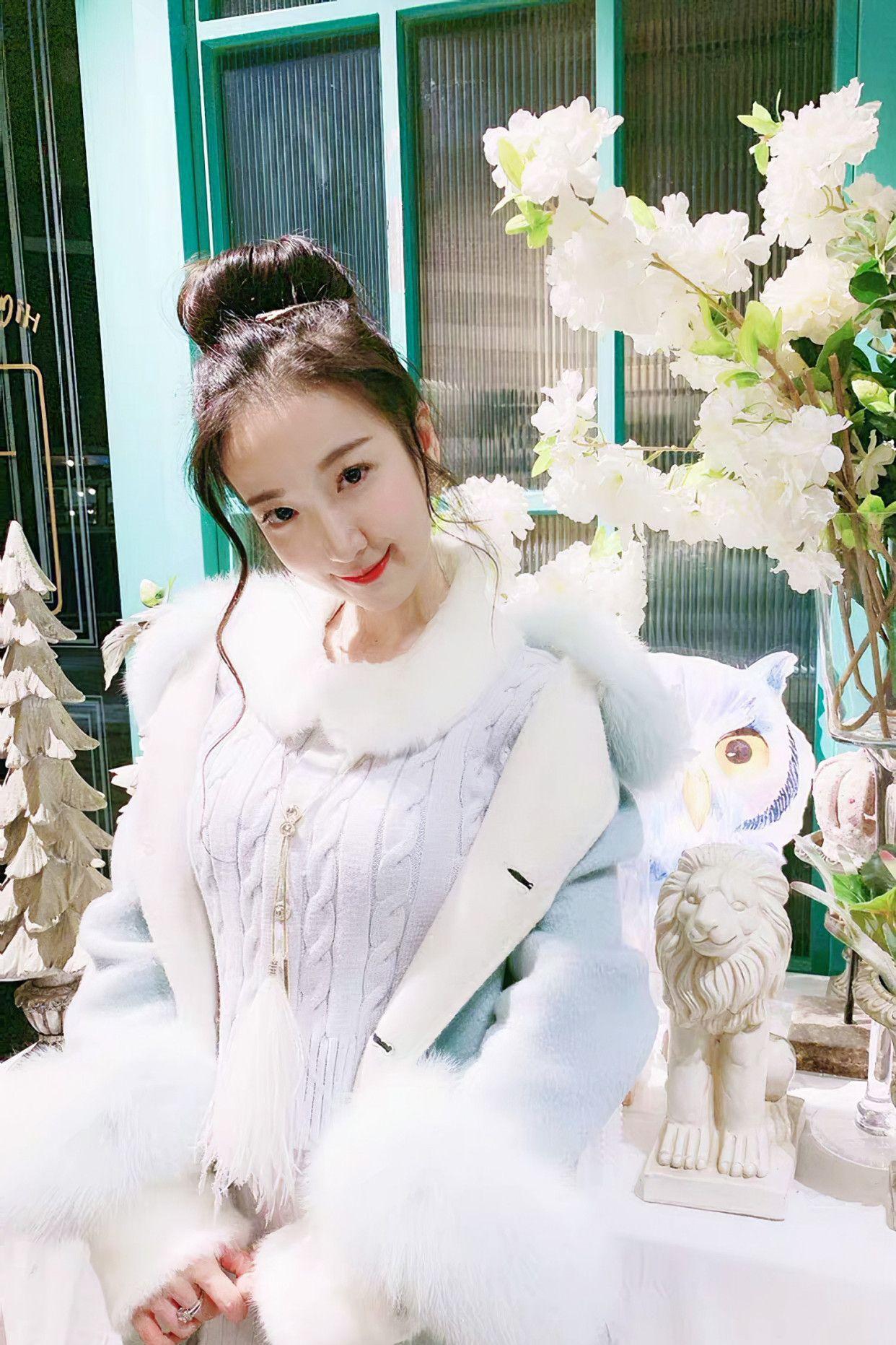 街拍:美女蓝色针织套装搭配白色短靴,冬季穿着既保暖又时尚!