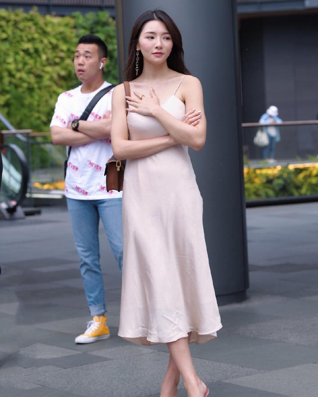 轻熟风吊带连衣裙,香槟色尽显高级感,优雅大方,又显气场十足