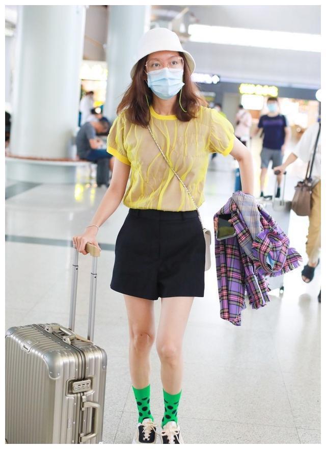 """高露真是""""衣架子"""",黄色薄纱T恤简约有型,靠袜子就能吸引眼球"""