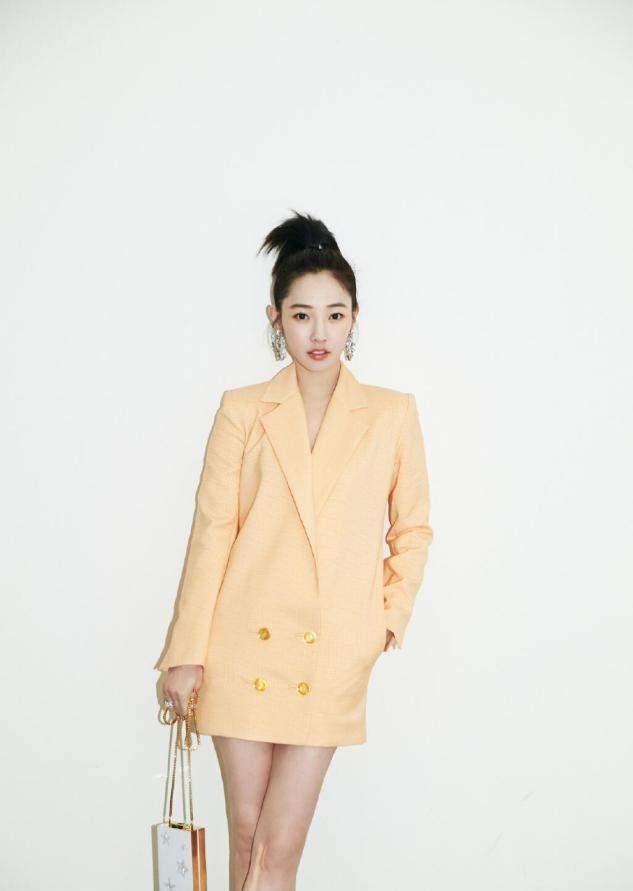 白百何正装打扮也挺接地气,穿黄色西装裙,轻松穿出大长腿身材
