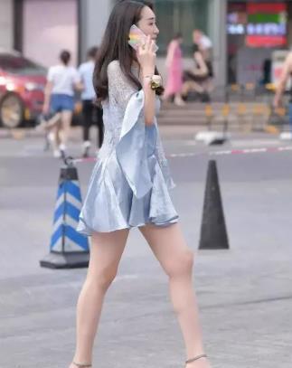 连衣裙搭配高跟鞋,皮肤白皙紫衫映容,美的出众又优雅