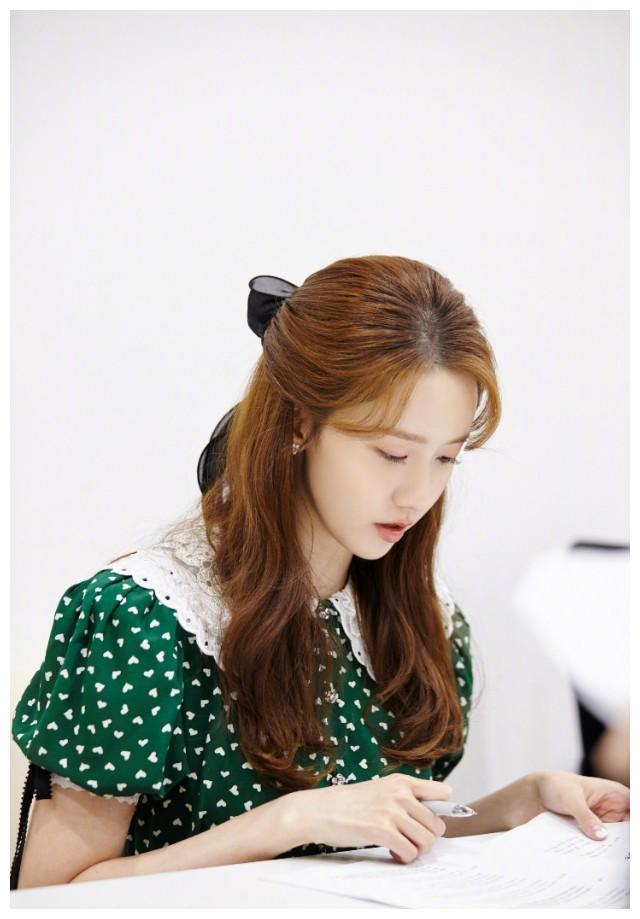 林允儿早前生日照,复古墨绿色印花裙,白色蕾丝娃娃领,清新可爱