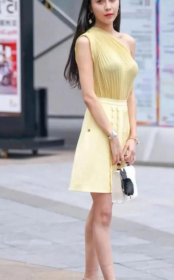 街拍:美腿裙装小姐姐长的太美了 好仙儿