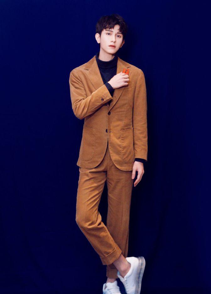 朱赞锦棕色西装穿搭超帅气,搭配小狐狸胸针,展现梦幻氛围
