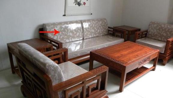 10万买套红木沙发放家里当宝贝天天擦,越擦越掉色!这是咋回事?
