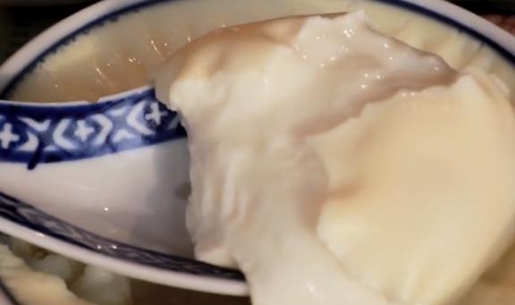 1盒牛奶2个鸡蛋,教你在家做双皮奶,细腻嫩滑,全家抢着吃