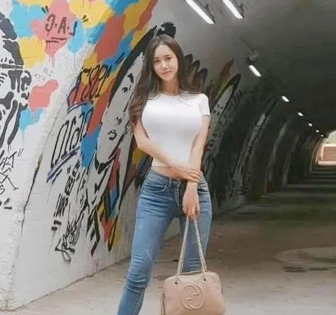 韩国街头的时尚小姐姐,穿搭普通白T恤,依然女人味十足