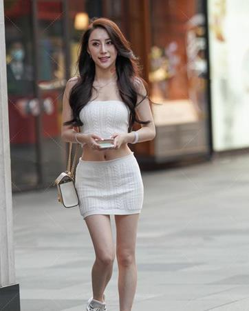 小姐姐穿白色针织裙展现运动风,小包包搭配运动鞋穿出少女感