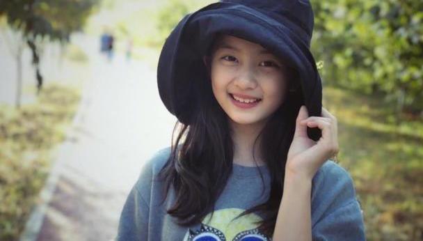 14岁黄多多又美了,一件牛仔裙配两件上衣,美出两种气质