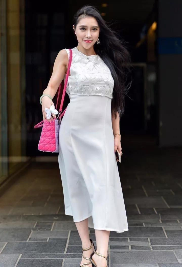 路人街拍:穿白裙的小姐姐,笑靥如花仙气十足,满满明星范!