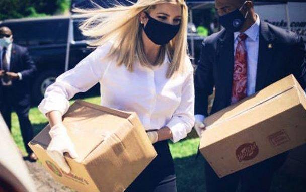 伊万卡现身做公益,白衬衫搭小黑裤,搬箱子毫无娇气
