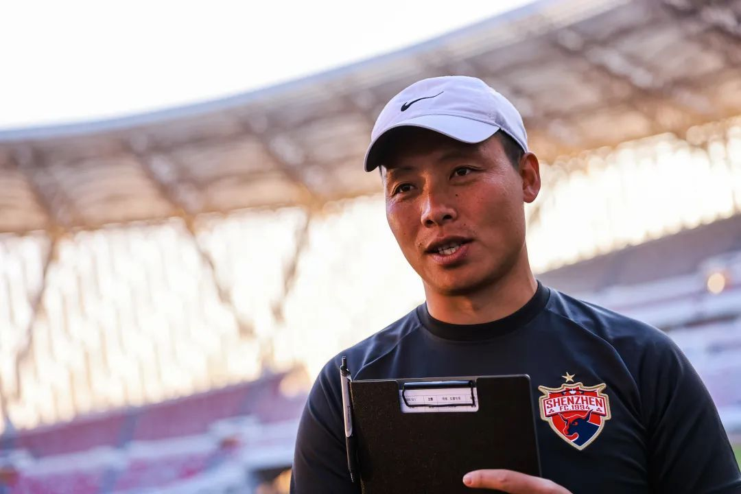 前国足球员陈涛带领深圳佳兆业精英队训练,陈涛开始执教生涯