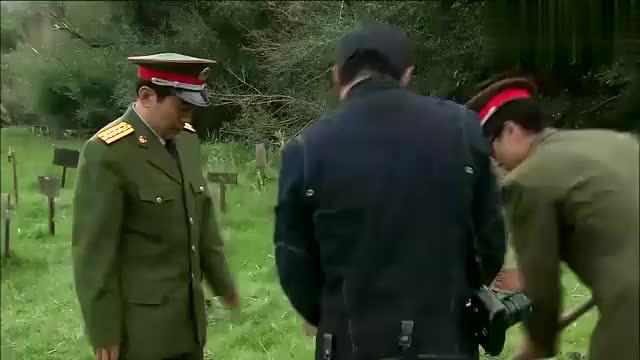 小伙正在坟地拍照,万万没想到领导当场勃然大怒,竟说出这样的话