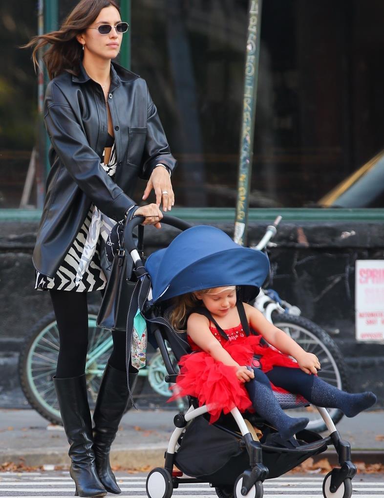 身材完美!超模伊莉娜·莎伊克(irinashayk)带着女儿纽约新街拍