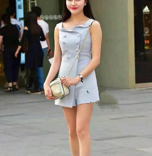 街拍美图:新颖个性的小姐姐,亮眼的穿搭,靓丽身形让人瞩目!